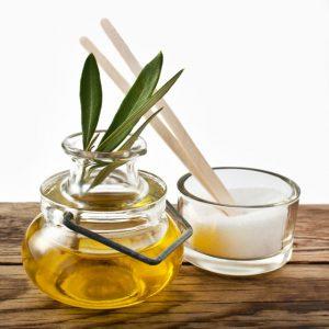 Tẩy da chết môi bằng dầu oliu và đường