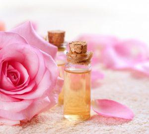Tẩy da chết môi bằng nước hoa hồng