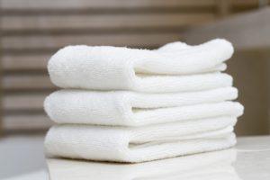 Tẩy da chết môi bằng khăn mềm