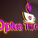 biển hiệu màu hồng đậm cá tính của một quán cafe
